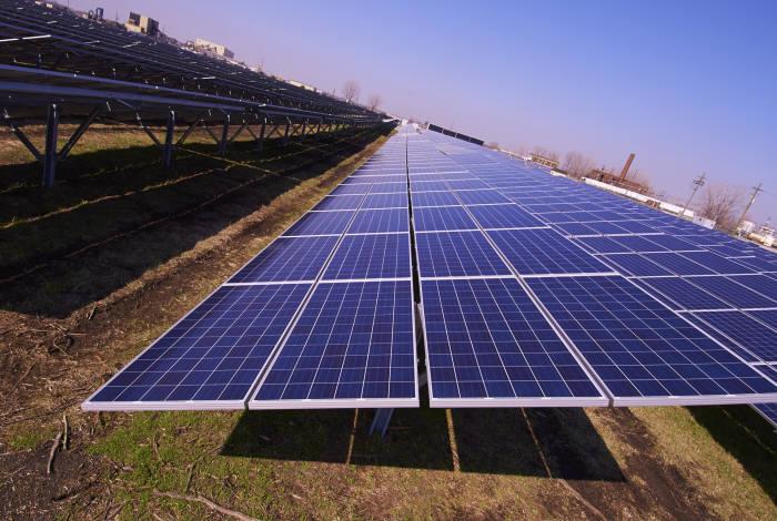 한화큐셀이 미국 최초로 환경오염지역에 설치한 10.86MW 규모의 인디애나폴리스 메이우드의 태양광 발전소.
