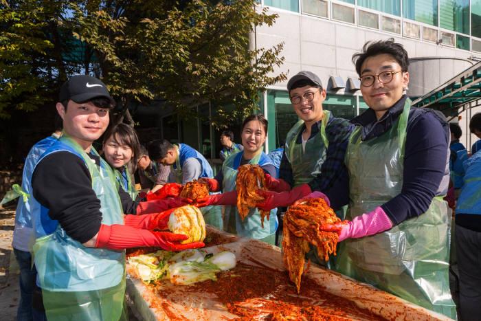 녹십자 재능나눔봉사단이 용인시 기흥장애인복지관을 찾아 어려운 이웃을 위한 김장 김치를 담그고 있다.