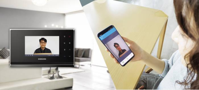 방문객이 도어벨을 누르자 삼성SDS 스마트 월패드와 연동된 스마트폰으로 자동 연결되어 영상 통화하는 모습. 삼성SDS 제공