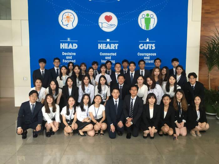 한국화이자제약 2017년 하계 인턴 단체사진. 한국화이자제약 제공