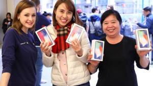 '아이폰X' 글로벌 57개국 출시…구매행렬 이어져