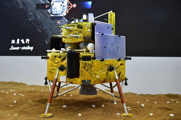 사진1. 달 탐사에 가장 야심찬 것은 중국이다. 2019년엔 달의 흙을 가지고 지구로 돌아오는 미니 아폴로 계획을 실시할 계획이다. 출처: 신화사