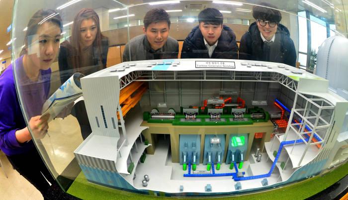 한국원자력문화재단 에너지체험관을 찾은 관람객이 한국형 원전모델 신형경수로 'APR1400'을 보고 있다(전자신문 DB)