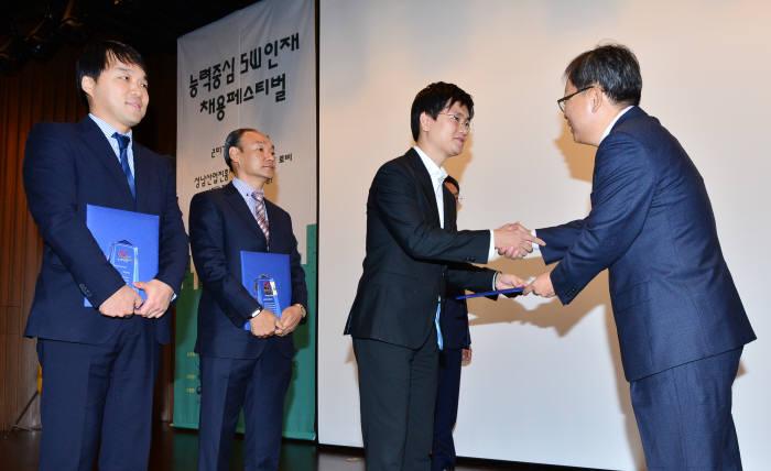 양승욱 전자신문 편집인이 일하기 좋은 SW전문기업에 선정된 기업 관계자에게 시상하고 있다.