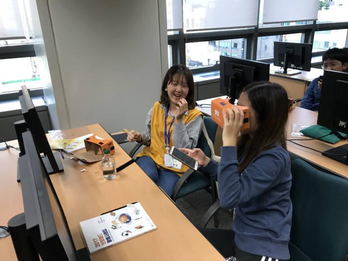 학생들이 VR 기기를 체험하고 있다.