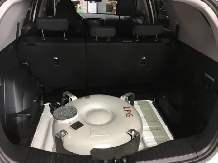 LPG 연료를 사용할 수 있게 개조한 SUV의 트렁크. 스페어타이어 공간에 도넛형 LPG용기를 설치해 트렁크 공간이 줄어들지 않는다. [자료:LPG산업협회]