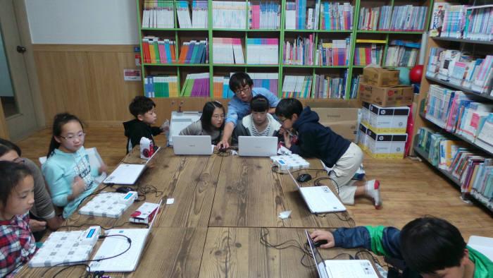 논산에덴아동센터에서 진행된 찾아가는 SW놀이터 교육 모습.
