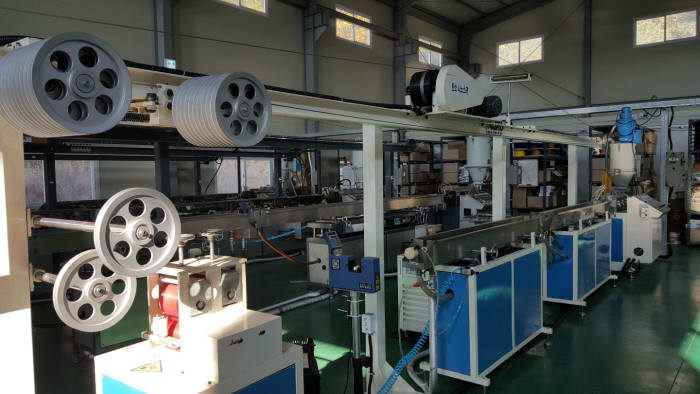 쓰리디코리아에 설치된 3D프린터 재료인 탄소나노 필라멘트 양산설비.