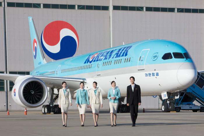 대한항공 객실 승무원들이 보잉 787-9 항공기 앞에서 포즈를 취하고 있는 모습. (제공=대한항공)