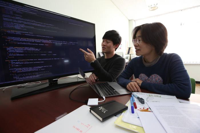 류석영 KAIST 전산학부 교수(오른쪽)와 이성호 박사과정이 하이브리드로이드 관련 소스코드를 살펴보고 있다.