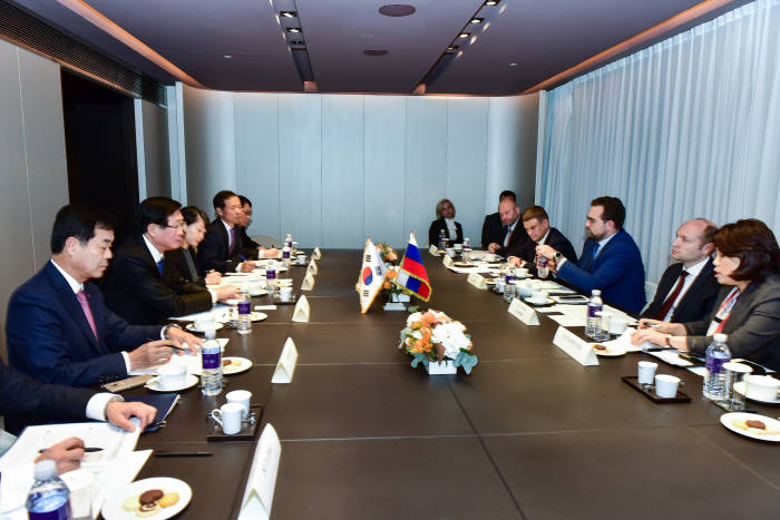조환익 한국전력 사장(왼쪽 두번째)과 갈루쉬카 러시아 극동개발부 장관(오른쪽 두번째)이 한러 전력망연계사업 협력을 논의했다.