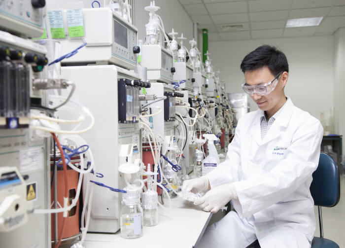 셀트리온 연구진이 바이오 의약품을 연구하고 있다.(자료: 셀트리온)
