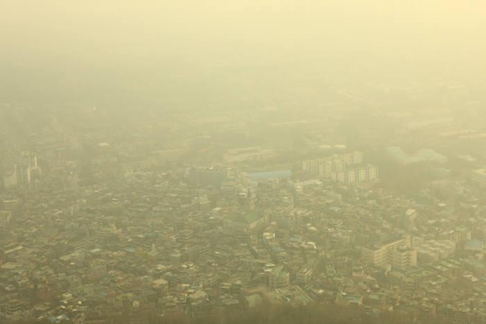 미세먼지로 뒤덮힌 시내.