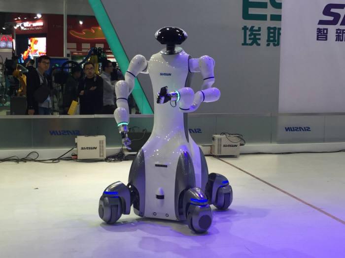 중국 국제공업박람회에 전시된 로봇