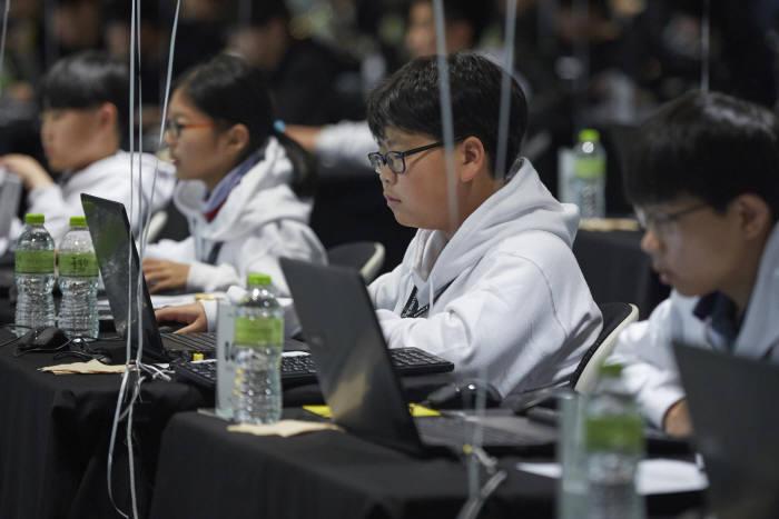 코딩 경진대회 NYPC에 참여한 학생들