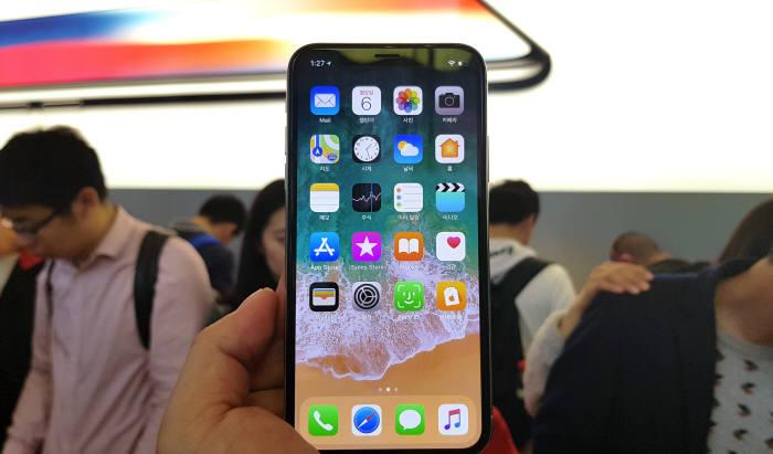 중국 상해 난징동루 애플스토어에 구비된 체험용 아이폰X.