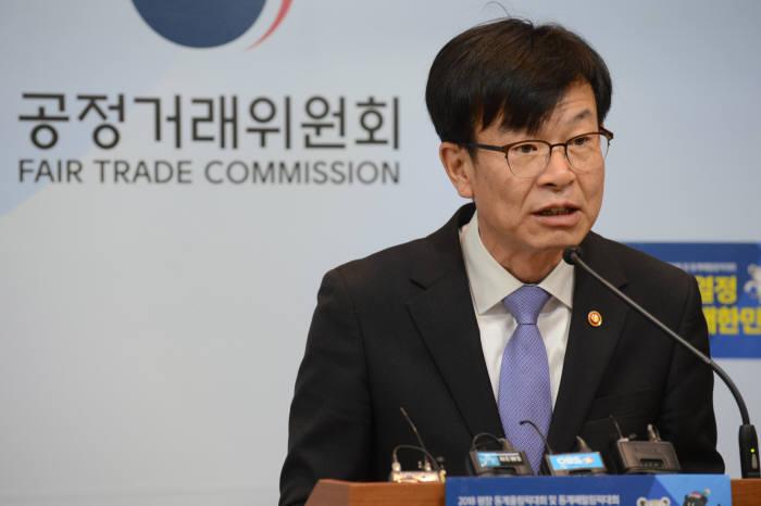 김상조 공정거래위원장이 정부세종청사에서 브리핑을 하고 있다.