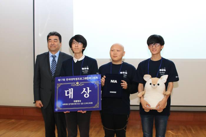 1위를 차지해 대상(대통령상)을 수상한 서울대팀 박범수, 박성관 박상수 학생(왼쪽 두번째부터)