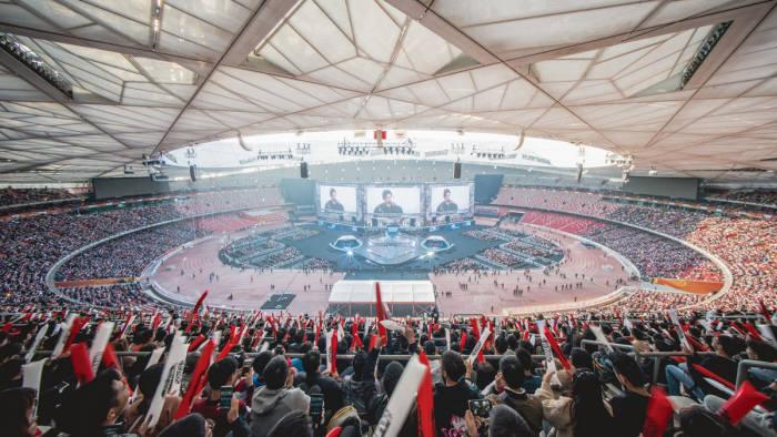 4만 관중이 들어찬 2017 롤드컵 결승전 현장 중국 베이징 올림픽 주경기장 전경.