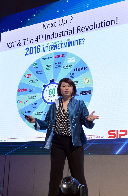 '2017 세계 기업가정신 주간' 행사가 13일 서울 용산 드래곤시티에서 열렸다. 페니 로우 싱가포르 사회적기업협회장이 '마인드 혁신과 기업가정신'에 대해 기조강연 하고 있다.