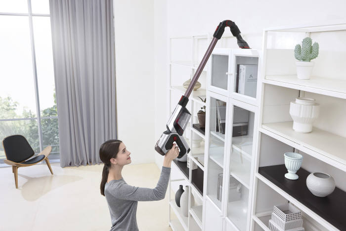 삼성 파워건 플렉스연장관을 통해 높은 선반 위를 청소하는 모습