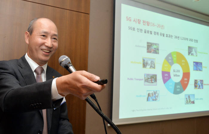 오성목 KT 사장이 13일 서울 중구 프레스센터에서 열린 '정보통신 미래모임'에서 '5G로 만드는 대한민국 ICT 신 생태계'에 대해 발표하고 있다. 박지호기자 jihopress@etnews.com