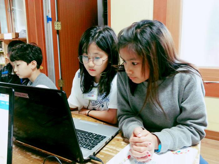부천 새날지역아동센터 학생들이 SW교육을 받고 있다.
