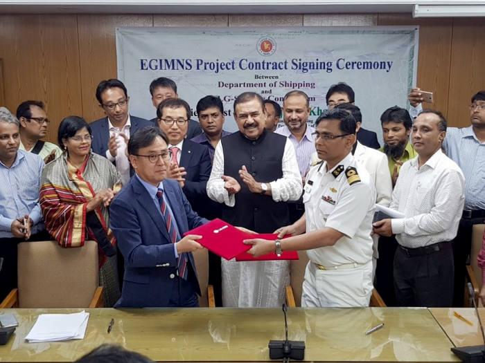 배상헌 LG CNS 공공사업담당 팀장(왼쪽)과 샤에드 아리플 방글라데시 선박청장 등 관계자가 해상안전운항시스템 구축 계약을 체결했다.