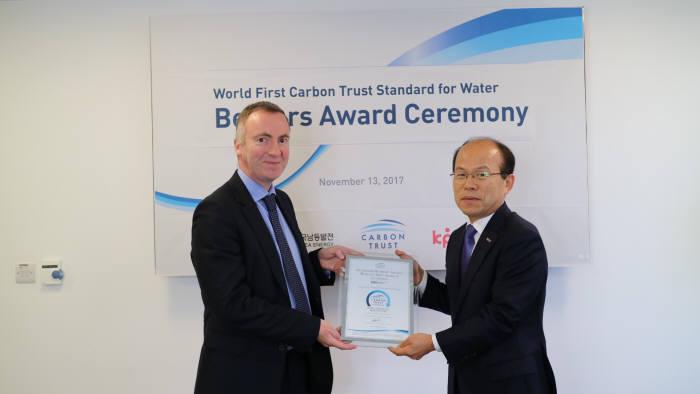 김학현 남동발전 기술본부장(오른쪽)과 미카엘 레아 카본트러스트사 최고운영책임자.