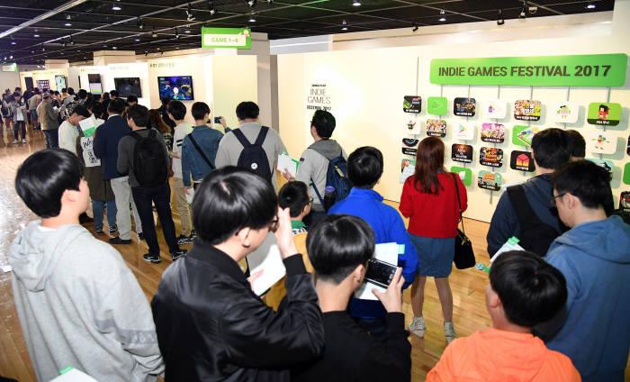 구글이 4월 22일 종로구 연건동 홍익대학교 대학로 아트센터 갤러리에서 '제 2회 구글플레이 인디 게임 페스티벌' 오프라인 전시 및 결승 이벤트를 개최했다. 오프라인 전시 부스에 방문한 유저들이 개발사의 설명을 들으며 게임을 즐기고 있다.
