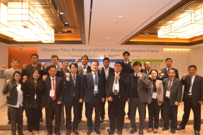 14일 서울 로얄호텔에서 개최된 '한-아세안 에너지효율정책 워크숍'에서 이상홍 에너지공단 이상홍 부이사장(앞줄 왼쪽 다섯번째)과 참석자들이 기념촬영했다.