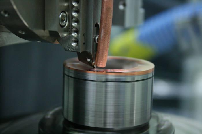 한국생산기술연구원이 개발한 초정밀 절삭가공장비로 렌즈를 가공하는 모습