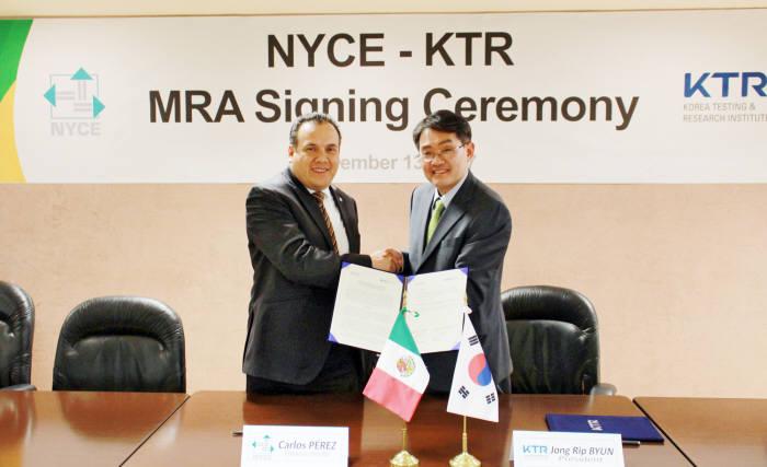 변종립 KTR 원장(오른쪽)이 NYCE 카를로스 대표와 우리기업의 멕시코 에너지효율 인증획득 지원을 위한 업무협약을 체결했다.