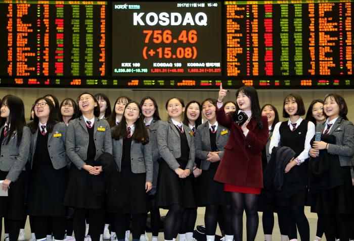 14일 코스닥지수는 전날보다 15.08포인트(2.03%) 오른 756.46에 장을 마쳤다. 사진은 한국거래소 홍보관에 견학 온 학생들이 증권시장에 관한 설명을 들으며 시세게시판 앞에서 활짝 웃고있다.