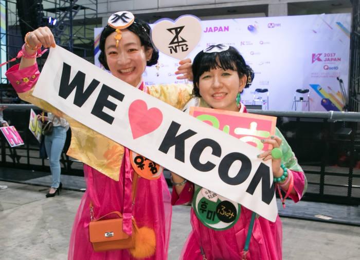 한복을 입고 케이콘 행사장을 찾은 일본인 관객들