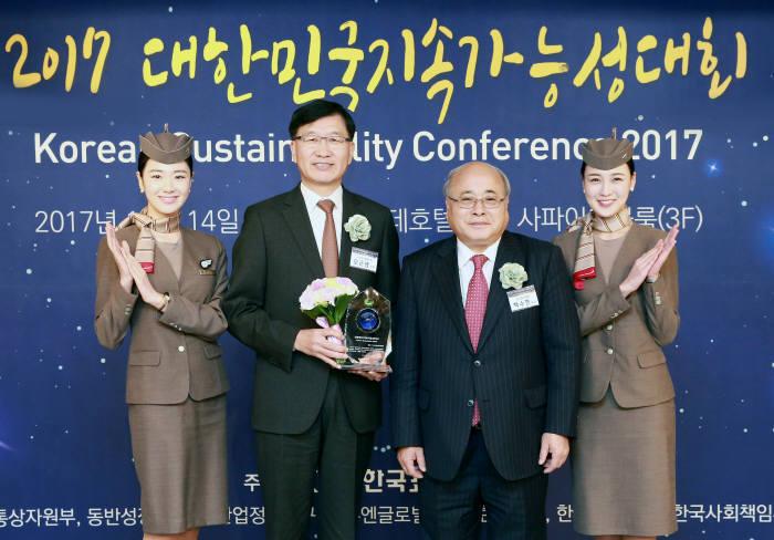 지난 14일 서울 소공동 롯데호텔에서 열린 '2017 대한민국 지속가능성 대회' 시상식에서 아시아나항공 오근녕 경영관리본부장(왼쪽 두번째)과 백수현 한국표준협회장(왼쪽 세번째)이 기념촬영했다.