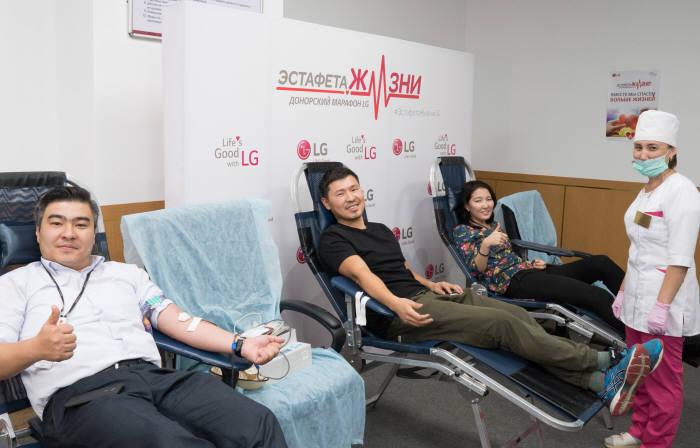 LG전자가 11월 한 달간 국내사업장과 해외 법인에서 헌혈캠페인을 진행하며 기업의 사회적 책임을 적극 실천한다. LG전자 카자흐스탄 법인 소속 직원들이 헌혈을 하고 있다.