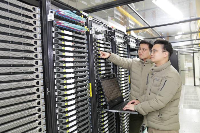 KISTI 연구진이 빅데이터익스프레스 미들웨어가 탑재된 전송 서버를 점검하는 모습