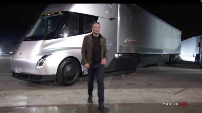 테슬라 전기트럭 세미 공개 모습을 테슬라 홈페이지를 통해 세계로 생중계됐다.