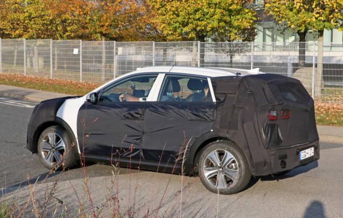 최근 미국 캘리포니아주 일대에서 포착된 기아차 '니로(Niro) EV' 스파이샷. (사진 : 인사이드이브이스(EVs) 홈페이지)