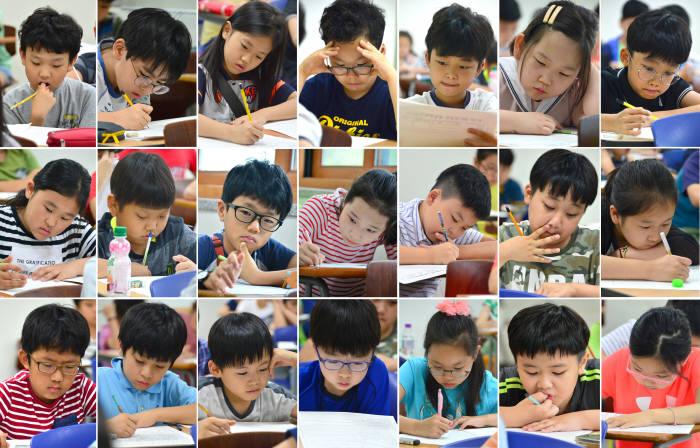 7월 개최된 '제1회 SW사고력 올림피아드' 대회에 참여한 학생들이 문제 답안을 작성하고 있다. 전자신문 DB