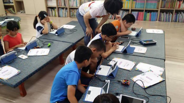 남해 담쟁이아동센터 학생들이 SW교육을 받고 있다.