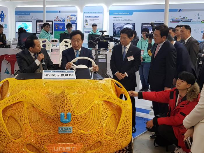 이낙연 총리(왼쪽 두번째)가 대한민국 균형발전박람회 울산전시관에서 3D프린팅 기술로 제작한 자동차에 올라 탑승 체험을 하고 있다.