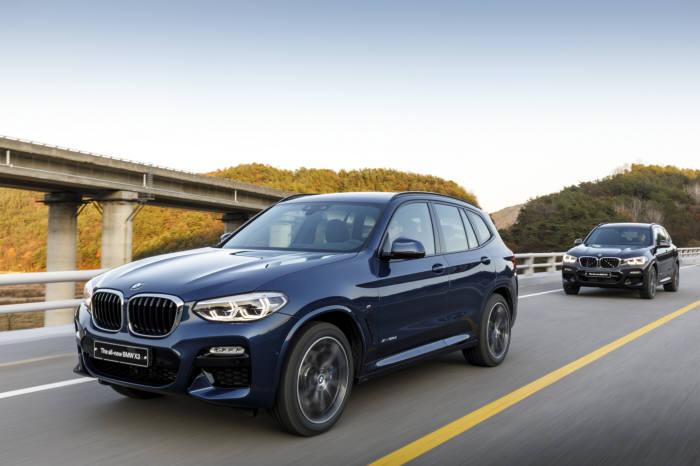 BMW 뉴 X3 주행 모습.