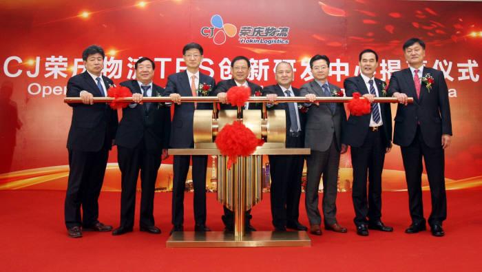 CJ대한통운이 사드 갈등이 해소되면서 중국에서의 시장 확대를 통한 글로벌 경쟁력 강화에 적극적으로 나서고 있다. 사진은 최근 CJ로킨 본사에서 열린 CJ대한통운의 해외 첫 R&D단지 'TES 이노베이션센터 차이나' 개관식 모습. 사진=CJ대한통운 제공