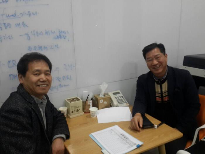 임선규 라이프가이드 대표(사진 왼쪽)가 손재율 K-ICT창업멘토링센터 멘토로부터 멘토링받고 있다.