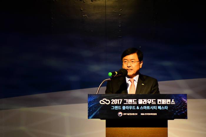 서병조 한국정보화진흥원장이 그랜드 클라우드 콘퍼런스에서 개회사를 하고 있다.