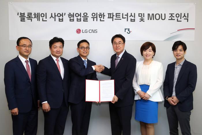 하재우 R3 아시아퍼시픽 총괄디렉터(왼쪽 세번째), 김홍근 LG CNS 금융사업담당 상무(왼쪽 네번째)가 협약서를 교환했다.