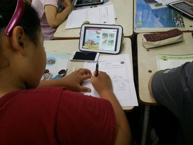 신석초 학생이 디지털교과서를 활용해 수업 문제지를 작성하고 있다.