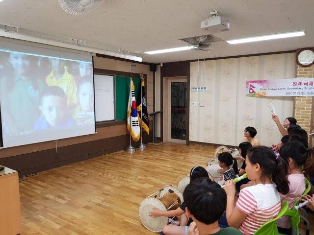 신석초 학생들이 영상 통화 기능을 이용해 네팔 지역 학생들과 원격으로 교류하고 있다. 출처: 신석초 홈페이지